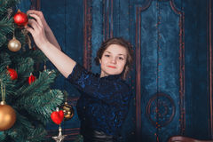 Flicka med jultreen Royaltyfria Foton