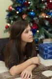 Flicka med jultreen Arkivbild