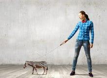Flicka med kängurun Royaltyfri Bild