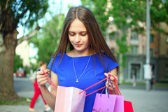 Flicka med köp Arkivfoto