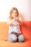 Flicka med kaffekorn Fotografering för Bildbyråer