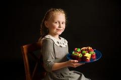 Flicka med kakor Fotografering för Bildbyråer