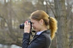 Flicka med kameran Arkivfoton