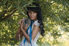 Flicka med kanin Royaltyfria Bilder
