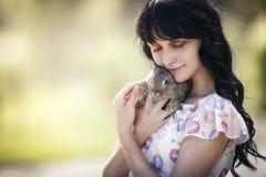Flicka med kanin Arkivbilder