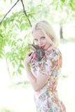Flicka med kaninoutdooes Arkivbild