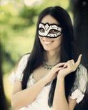 Flicka med karnevalmaskeringen Arkivfoton