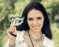 Flicka med karnevalmaskeringen Royaltyfri Bild