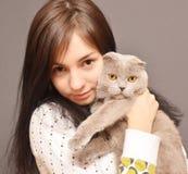 Flicka med katten Royaltyfria Bilder