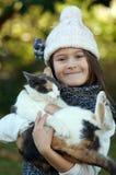 Flicka med katten Royaltyfri Foto