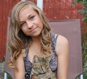 Flicka med katten Royaltyfri Bild