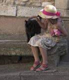 Flicka med katten Arkivfoto