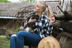 Flicka med katten och kanin Fotografering för Bildbyråer