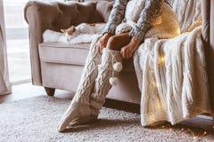 Flicka med katten som kopplar av på en soffa royaltyfria bilder