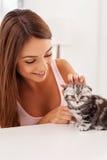 Flicka med kattungen Arkivbilder