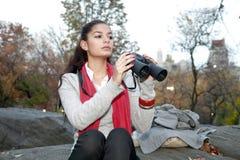Flicka med kikare Royaltyfri Bild