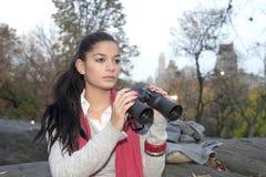 Flicka med kikare Royaltyfria Foton