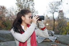 Flicka med kikare Royaltyfri Foto