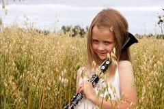Flicka med klarinetten Arkivbild