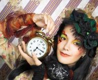 Flicka med klockan. Arkivbild
