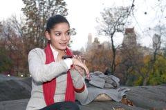 Flicka med kommunikationsapparaten Fotografering för Bildbyråer