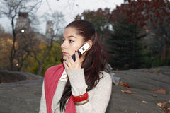 Flicka med kommunikationsapparaten Arkivbilder