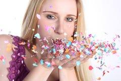 Flicka med konfettiar Arkivbilder