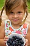 Flicka med koppen av blåbär Royaltyfri Bild