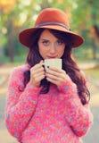 Flicka med koppen kaffe Fotografering för Bildbyråer
