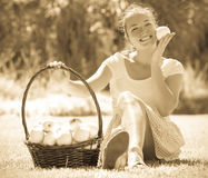 Flicka med korgen av äpplen royaltyfri bild