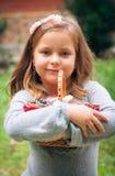 Flicka med korgen av ekologisk frukt Arkivbilder