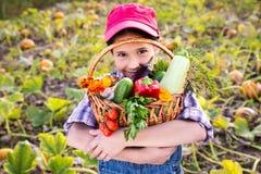 Flicka med korgen av grönsaker Royaltyfri Bild