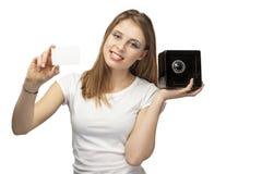 Flicka med kortet och moneybox Arkivfoton