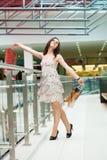 Flicka med köp Royaltyfri Fotografi