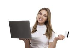 Flicka med kreditkorten Fotografering för Bildbyråer