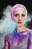 Flicka med kulört pulver arkivfoto