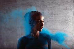 Flicka med kulört pulver Royaltyfria Foton