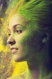 Flicka med kulört pulver Arkivfoton