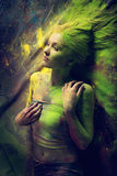 Flicka med kulört pulver Royaltyfria Bilder