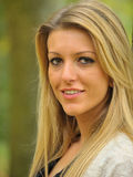 Flicka med långt blont hår Royaltyfri Foto