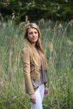 Flicka med långt blont hår Arkivbild