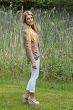 Flicka med långt blont hår Arkivfoto