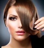 Flicka med långt Brown hår Arkivfoto