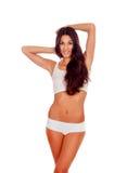 Flicka med långt hår i den vita underkläderna Royaltyfri Foto