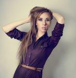 Flicka med långt hår i en jumpsuit Fotografering för Bildbyråer