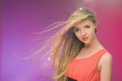 Flicka med långt hår på regnbågebakgrund Linda i ditt hår Blondin Royaltyfria Bilder