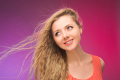 Flicka med långt hår på regnbågebakgrund Linda i ditt hår Blondin Royaltyfri Foto