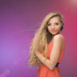Flicka med långt hår på regnbågebakgrund Linda i ditt hår Blondin Royaltyfria Foton