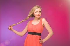 Flicka med långt hår på regnbågebakgrund Linda i ditt hår Blondin Arkivfoton