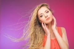 Flicka med långt hår på regnbågebakgrund Linda i ditt hår Blondin Arkivfoto